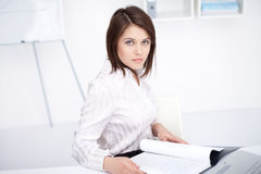 Young business woman sitting at desk at office Royalty Free Stock Photography