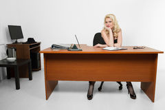 Young business woman sitting at the desk Royalty Free Stock Photos