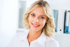 Young business woman smiling Royalty Free Stock Images