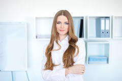 Young business woman standing in office Royalty Free Stock Photography