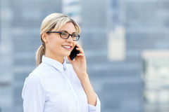 Young business woman talking on phone Royalty Free Stock Images