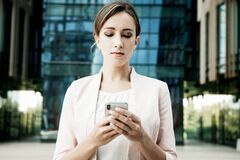 Free Young Business Woman Uses A Mobile Phone In Front Of A Modern Business Center Royalty Free Stock Photography - 184029167