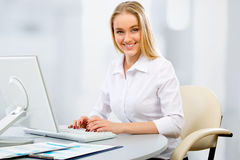 Young business woman using computer at office Royalty Free Stock Photos