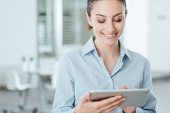 Young business woman using a digital tablet Royalty Free Stock Photography