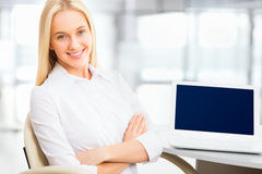 Young business woman using laptop Royalty Free Stock Images