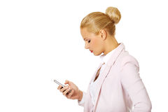 Young business woman using a mobile phone Royalty Free Stock Images