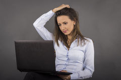 Young business woman working on laptop Royalty Free Stock Photos