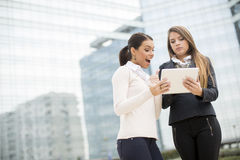 Young business women in front of office building Stock Photography