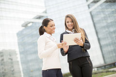Young business women in front of office building Royalty Free Stock Photos
