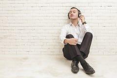 Young businessman enjoy listening music using headphones Royalty Free Stock Photos