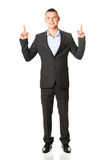 Young businessman pointing upwards Royalty Free Stock Photos
