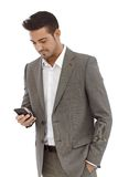 Young businessman texting on mobilephone Royalty Free Stock Photography