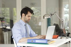 Young businessman working on laptop Royalty Free Stock Photos