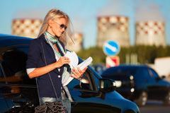 Business woman with financial papers at the car Royalty Free Stock Photos