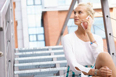 Young businesswoman talking on her phone Royalty Free Stock Photography