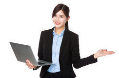 Young businesswoman use of the laptop computer and open hand pal Royalty Free Stock Photos