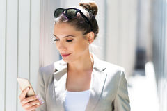 Young businesswoman using her smartphone Royalty Free Stock Images