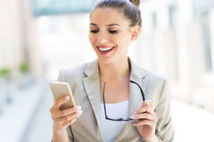 Young businesswoman using her smartphone Royalty Free Stock Photos