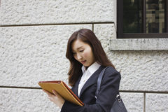 Young businesswoman using a tablet computer Stock Photo
