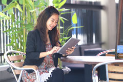 Young businesswoman work oudoor, in a cafe Royalty Free Stock Photos