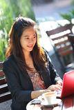 Young businesswoman work oudoor, in a cafe Royalty Free Stock Images