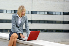 A young businesswoman is working outdoors Royalty Free Stock Photo