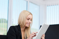 Young businesswoman working on a tablet-pc Royalty Free Stock Photos
