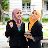Young businesswomen sharing info on laptop Royalty Free Stock Images