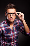 Young casual man putting on his sunglasses Royalty Free Stock Photos