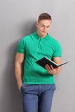 Young casual man reading a book Royalty Free Stock Photo