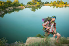 Young caucasian man with backpack climbing the Royalty Free Stock Photos