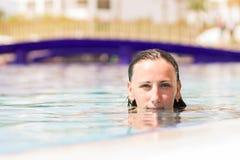 Young caucasian woman enjoying swimming in pool Stock Photography