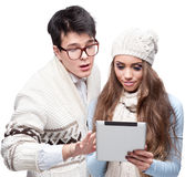 Young cheerful casual couple holding tablet Royalty Free Stock Photos