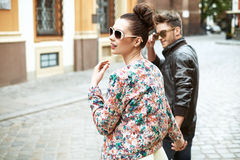 Young cheerful couple walking in downtown Royalty Free Stock Images