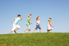 Young children running through field Royalty Free Stock Photos