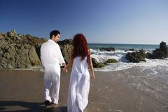 Young Couple at the beach walking Royalty Free Stock Photography