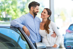 Young couple buying a car Royalty Free Stock Images