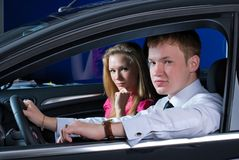 Young couple in car Royalty Free Stock Photos