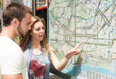 Young couple consulting a map Royalty Free Stock Photography