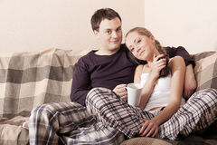 Young couple on a couch Royalty Free Stock Photos