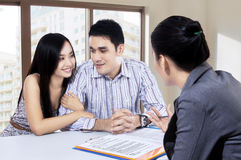 Young couple discussing with a financial agent Royalty Free Stock Images