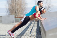 Young couple doing push-ups Royalty Free Stock Photography