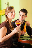 Young couple drinking cocktails in bar Royalty Free Stock Photography