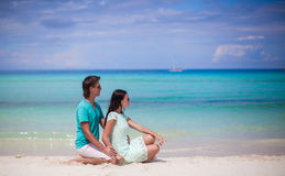 Young couple enjoying each other on sandy white Royalty Free Stock Photos
