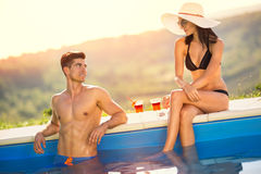 Young couple enjoying in swimming pool Royalty Free Stock Photos