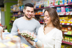 Young couple at grocery Royalty Free Stock Photos