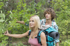 Young couple hiking in forest Royalty Free Stock Photos