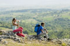 Young couple hiking on mountain Royalty Free Stock Images