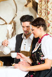 Young couple in a hunter's cabin eating Royalty Free Stock Photos