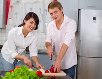 Young couple in the kitchen preparing salad Royalty Free Stock Photography